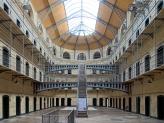 Dublin_kilmainham_gaol_cells_hall.jpg